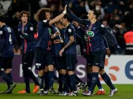 Lattaquant du PSG Zlatan Ibrahimovic partage sa joie avec ses camarades après son but contre Toulouse en Coupe de France, le 19 janvier 2016 au Parc des Princes