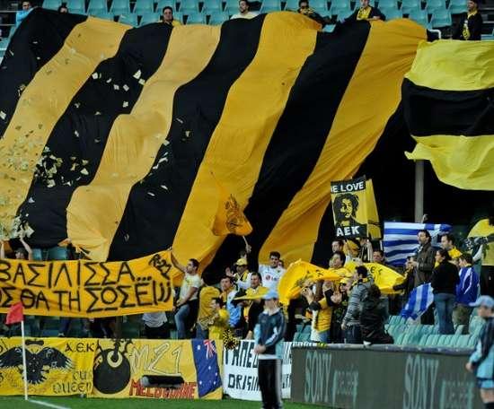 Un supporter enfreint le confinement, l'AEK paie l'amende et lui offre un abonnement. Goal