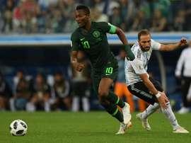 Bota terá concorrência do Inter por Obi Mikel. AFP