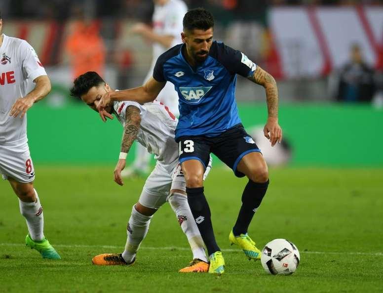 El internacional alemán Kerem Demirbay suena como posible refuerzo del Milan. AFP
