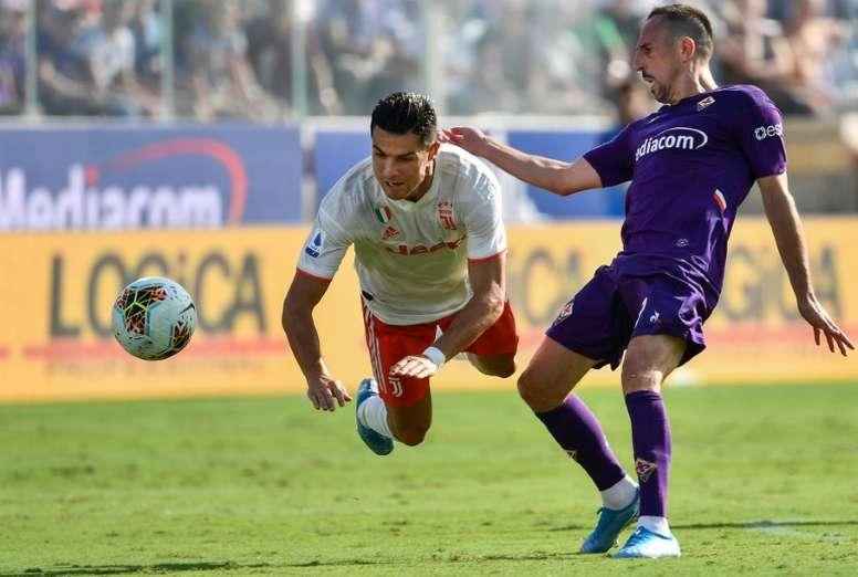 Franck Ribéry, recrue de la Fiorentina, tacle Cristiano Ronaldo lors d'un match contre la Juventus, le 14 septembre 2019 à Florence.
