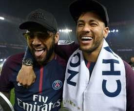 Dani Alves sai em defesa de Neymar. AFP