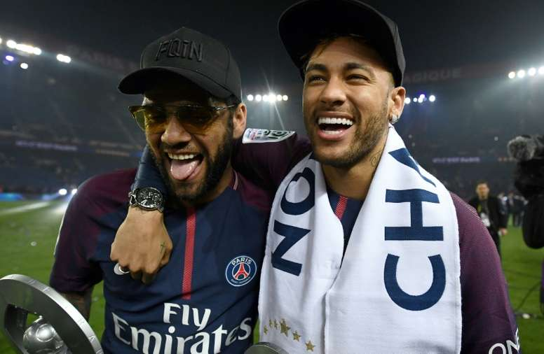 Alves defendió a Neymar. AFP