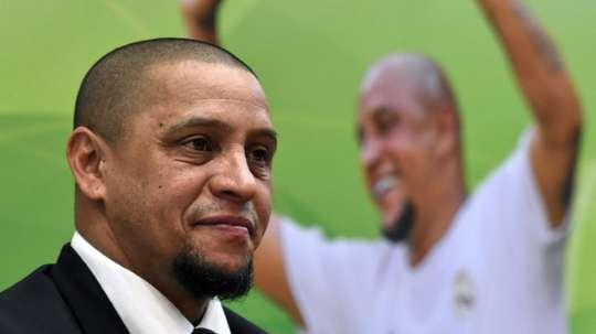 Roberto Carlos podría dejar el Madrid para entrenar un equipo en Australia. AFP