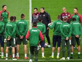 Le sélectionneur bulgare Petar Houbtchev s'adresse à son groupe avant l'entraînement. AFP