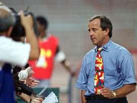 L'entraîneur Pierre Lechantre avec l'équipe du Cameroun, le 10 février 2000 à Accra. AFP