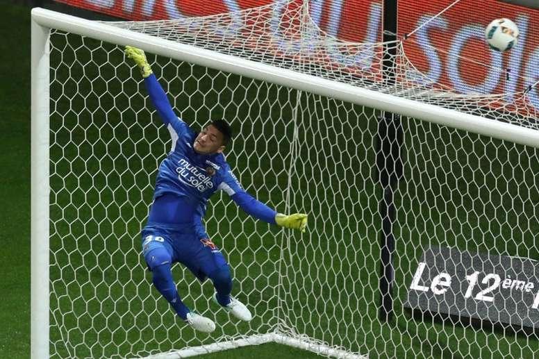 Le gardien niçois Yoan Cardinale s'impose dune claquette lors d'un match de Ligue 1. AFP