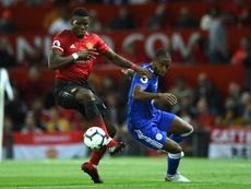 Paul Pogba (g) avec le brassard de capitaine de Manchester United. AFP