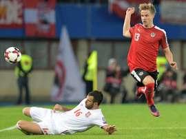 Le défenseur autrichien Moritz Bauer contre la Serbie de Luka Milivojevic à Vienne. AFP