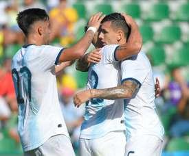 Leandro Paredes (d) est congratulé par ses coéquipiers. AFP