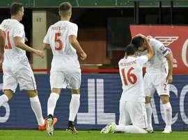 Le Serbe Luka Milivojevic est congratulé par ses équipiers après un but face à l'Autriche. AFP