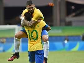 Le Brésilien Gabigol fête lun de ses deux buts avec son coéquipier Neymar lors du match contre le Danemark, le 10 août 2016 à Salvador