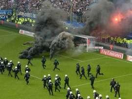 Fumigènes sur la pelouse de Hambourg. AFP
