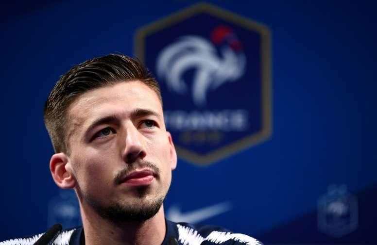 Lenglet se estrenó con Francia. AFP