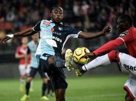 Tino Kadewere (g), à la lutte avec le défenseur sénégalais de Valenciennes, Saliou Ciss. AFP