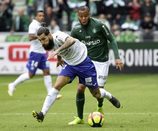 Jimmy Durmaz (g) à la lutte avec le défenseur de Saint-Etienne Pierre-Yves Polomat en Ligue 1. AFP