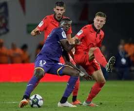 Le milieu de terrain de Toulouse, Ibrahim Sangare (au c.) devant les joueurs de Nice. AFP