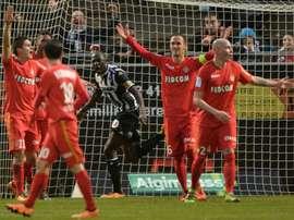 Les joueurs de Monaco en totale incompréhension après le but inscrit par le capitaine dAngers Cheikh Ndoye, le 30 janvier 2016 à Jean-Bouin