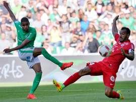 Le défenseur de Montpellier Vitorino Hilton (d) face à lattaquant de Saint-Etienne Kévin Monnet-Paquet, à Geoffroy-Guichard le 21 août 2016
