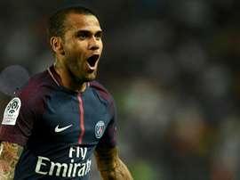 Dani Alves estaría negociando para comprar un club de la Segunda Portuguesa. AFP/Archivo