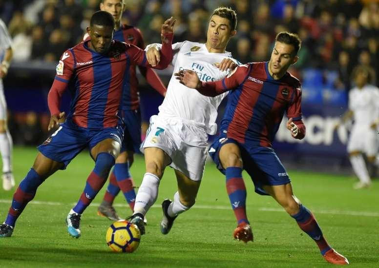 Lerma (i) se retiró lesionado tras una hora de partido. AFP