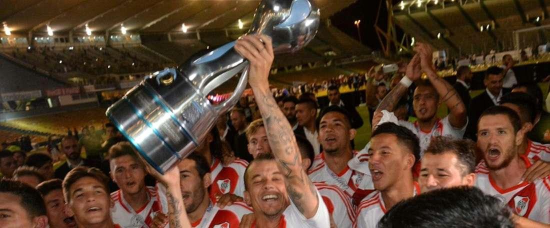 Sur cette photo fournie par Telam les joueurs de River Plate soulèvent la Coupe dArgentine