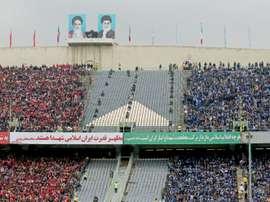 Impiden la entrada a varias mujeres vestidas de hombres a un estadio de fútbol. AFP