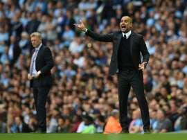 Le nouvel entraîneur de Manchester City Pep Guardiola (d) donne des instructions lors du match face à Sunderland à lEtihad Stadium, le 13 août 2016