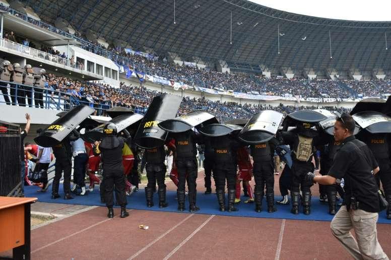 Intervention des forces de lordres lors du match opposant à Bandung. AFP