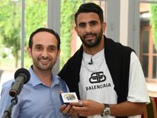 L'enfant de Sarcelles, Riyad Mahrez, reçoit la médaille de la ville. AFP