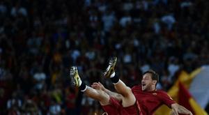 La légende de l'AS Rome Francesco Totti porté en triomphe par ses coéquipiers. AFP