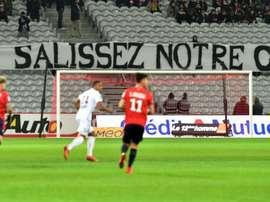 Les supporters de Lille déploient une banderole de mécontentement lors du match contre Nice. AFP