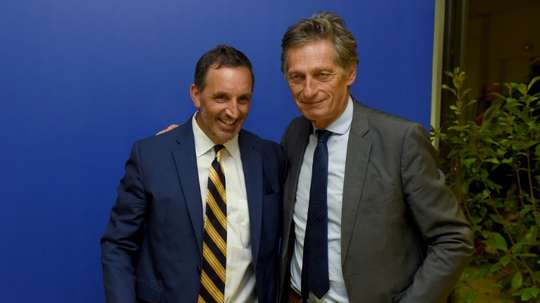 Accolade entre le patron du fonds américain de GACP Joe DaGrosa et son homologue du Groupe M6. AFP