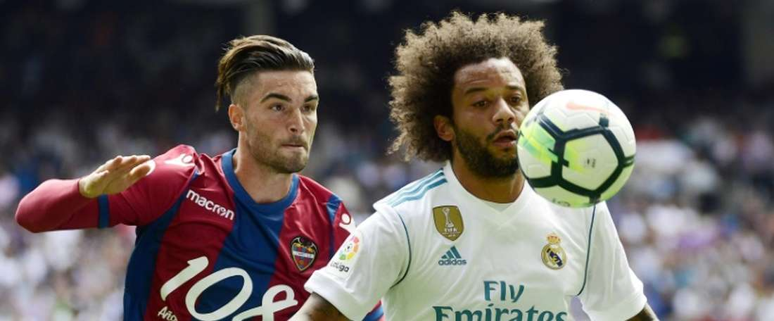 L'attaquant de Levante David Jason (g) à la lutte avec le défenseur du Real Madrid. AFP