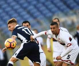 Le défenseur du Genoa Armando Izzo à la lutte avec l'attaquant de la Lazio Ciro Immobile. AFP
