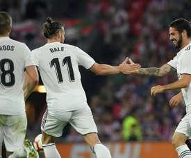 Le milieu de terrain du Real Madrid Isco (d) félicité par son équipe. AFP