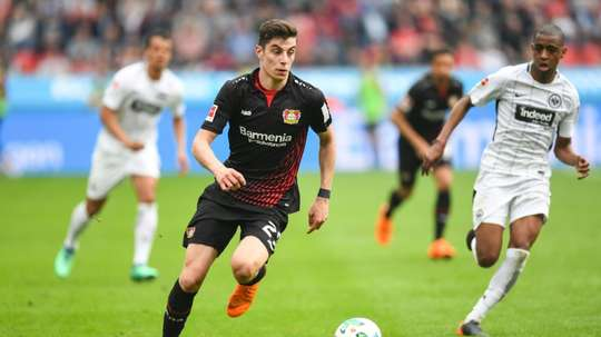 Le milieu de Leverkusen Kai Havertz séchappe avec le ballon face à Francfort. AFP