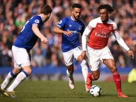 Arsenal e Everton se enfrentam em instantes. AFP