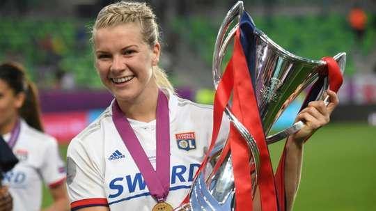 Ada Hegerberg, trophée de la Ligue des champions en main après la victoire face à Barcelone. AFP