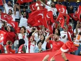 La Marseillaise applaudie par les supporters turcs. AFP