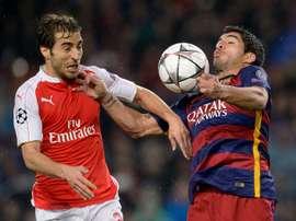 Mathieu Flamini, alors milieu d'Arsenal, à la lutte avec l'attaquant du Barça Luis Suarez. AFP