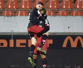 L'attaquant dijonnais Diony, félicité par le milieu de terrain Martin après son but à Lorient. AFP