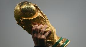 Antoine Griezman brandit le trophée de la Coupe du monde 2018 à l'issue de la finale. AFP
