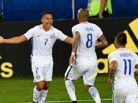 Le joie d'Alexis Sanchez, passeur, et d'Arturo Vidal, buteur, pour le Chili, contre le Cameroun. AFP
