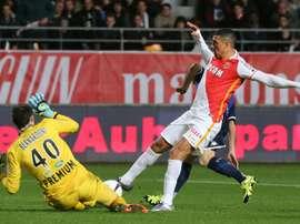 Le milieu de Monaco Nabil Dirar à la lutte avec le gardien de Troyes Paul Bernardoni. AFP