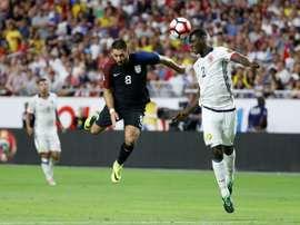 LAméricain Clint Dempsey (à gauche), le 25 juin 2016 face à la Colombie lors de la petite finale de la Copa América