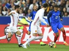 L'attaquant français Mbappe aux prises avec le défenseur espagnol, Piqué lors d'un amical. AFP