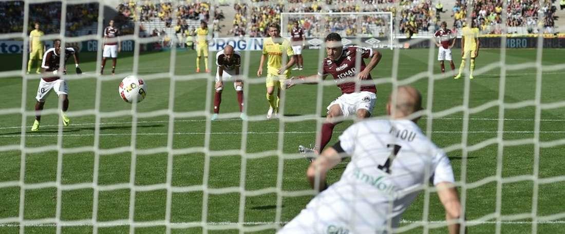 Lattaquant turc de Metz Mevlut Erding marque par penalty face à Nantes