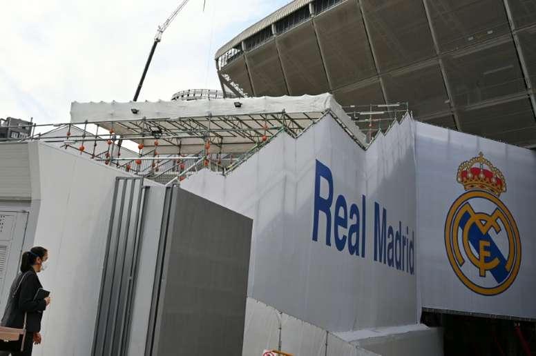 El Bernabéu comienza a colocar las piezas de la cubierta. AFP
