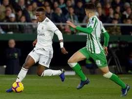 L'attaquant du Real Madrid Vinicius à la lutte avec le défenseur du Betis Séville Marc Bartra. AFP
